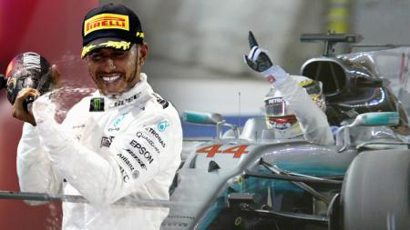 Lewis Hamilton berhasil finish di urutan pertama di GP Singapura. - INDOSPORT