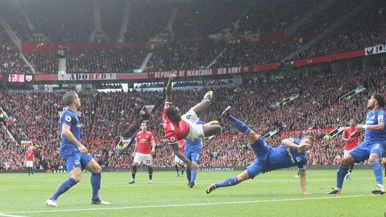 Tendangan akrobatik yang coba dilakukan Romelu Lukaku. Copyright: Twitter Manchester United