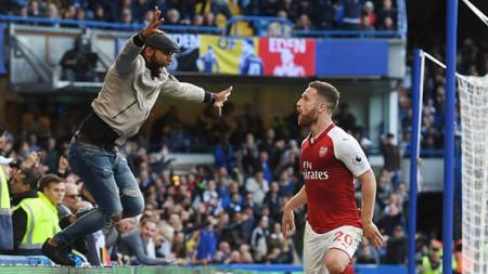 Luapan kebahagiaan fans Arsenal yang mengira gol Mustafi tidak offside. - INDOSPORT