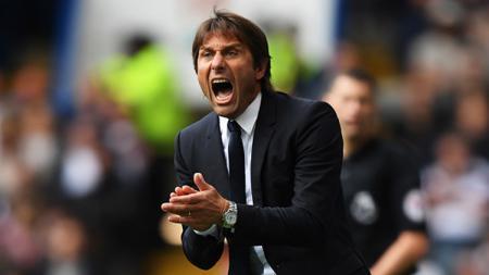 Antonio Conte berikan instruksi kepada para pemainnya. - INDOSPORT