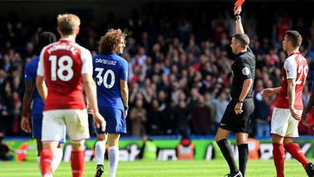 David Luiz diberikan kartu merah oleh wasit. - INDOSPORT