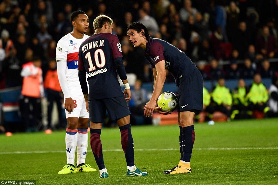 Cavani dan Neymar beradu mulut untuk menjadi eksekutor penalti Copyright: dailymail.co.uk