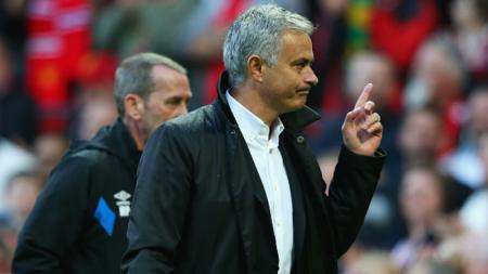 Jose Mourinho saat laga melawan Everton. - INDOSPORT
