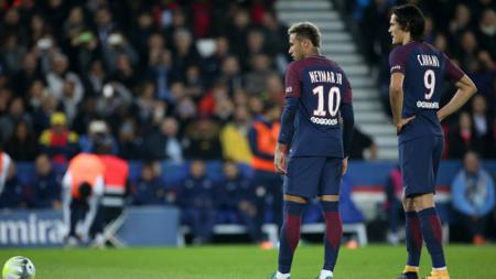 Neymar dan Cavani saat hendak melakukan eksekusi tendangan bebas. - INDOSPORT