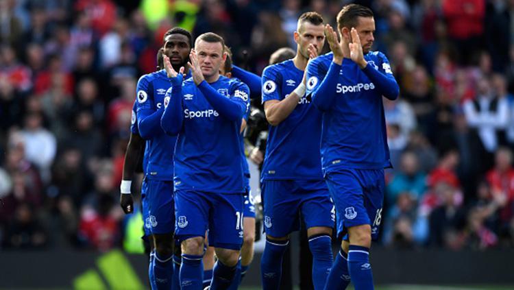 Para pemain Everton tepuk tangan sebagai bentuk apresiasi kepada para fans. Copyright: INDOSPORT