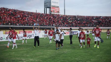 Skuat Bali United setelah merayakan kemenangan. - INDOSPORT