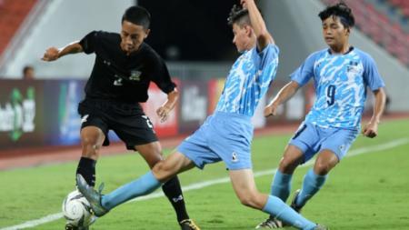 Pemain Kepulauan Mariana Utara (biru muda) mendapatkan dukungan moral dari AFC. - INDOSPORT