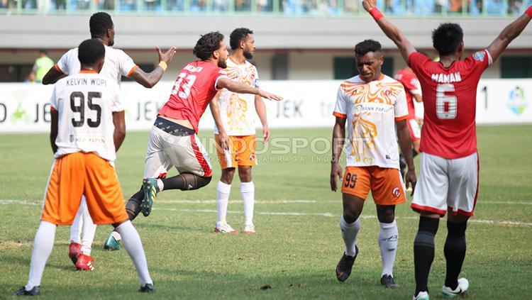Selebrasi pemain Persija Jakarta, Willian Pachecho (tengah) usai mencetak gol ke gawan Perseru Serui. Copyright: Herry Ibrahim/INDOSPORT