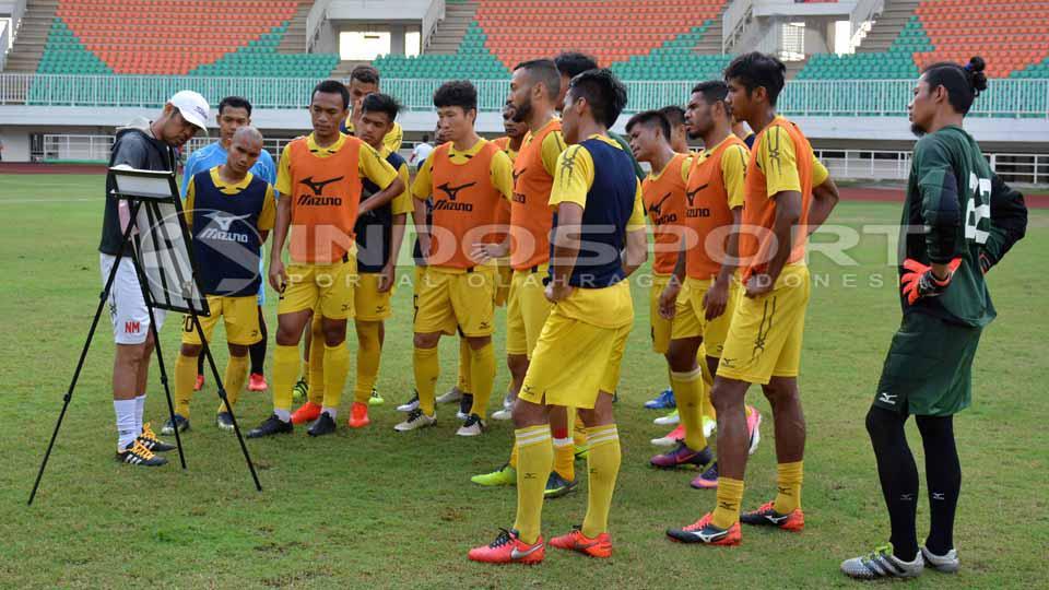 Pelatih Nilmaizar saat memberikan arahan kepada tim besutannya, Semen Padang. Copyright: Taufik Hidayat/INDOSPORT