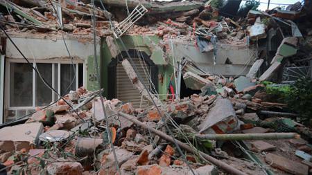 Bangunan yang rusak akibat gempa bumi. - INDOSPORT