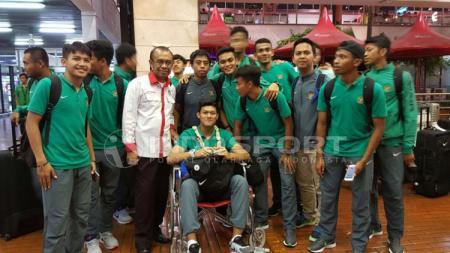 Muhammad Riyandi masih menggunakan kursi roda saat tiba bersama Timnas U-19 di Indonesia. - INDOSPORT
