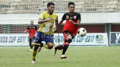Indosport - Pemain Cilegon United kawal ketat pemain PS Mojokerto Putra.