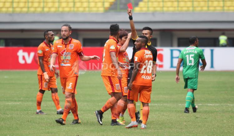 Wasit Aprisman Aranda mengeluarkan kartu merah untuk pemain Borneo FC, Diego Michiels. Copyright: Herry Ibrahim/INDOSPORT