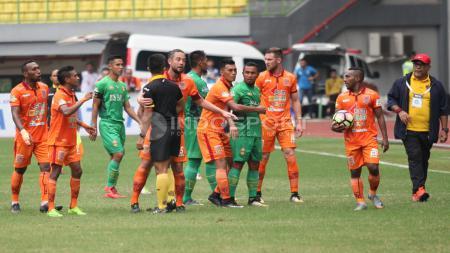 Protes pemain Bhayangkara FC dan Borneo FC atas keputusan wasit Aprisman Aranda yang sempat membuat kericuhan di sela-sela pertandingan. Herry Ibrahim/INDOSPORT - INDOSPORT