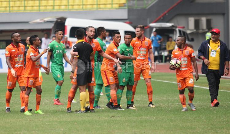 Protes pemain Bhayangkara FC dan Borneo FC atas keputusan wasit Aprisman Aranda yang sempat membuat kericuhan di sela-sela pertandingan. Herry Ibrahim/INDOSPORT Copyright: Herry Ibrahim/INDOSPORT