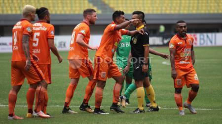 Protes para pemain Borneo FC kepada wasit atas hadiah penalti yang diberikan untuk Bhayangkara FC. Herry Ibrahim/INDOSPORT - INDOSPORT