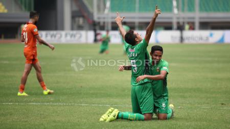 Selebrasi Otavio Dutra (tengah) bersama Evan Dimas usai mencetak gol lewat tendangan penalti. Herry Ibrahim/INDOSPORT - INDOSPORT