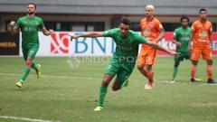 Indosport - Selebrasi Otavia Dutra usai sukses mengeksekusi penalti ke gawang Borneo FC. Herry Ibrahim/INDOSPORT