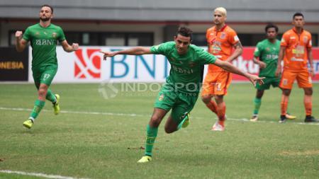 Selebrasi Otavia Dutra usai sukses mengeksekusi penalti ke gawang Borneo FC. Herry Ibrahim/INDOSPORT - INDOSPORT