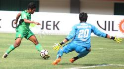 Aksi Ilham Udin Armaiyn (kiri) mencoba membobol gawang Borneo FC yang dikawal Muhammad Ridho. Herry Ibrahim/INDOSPORT