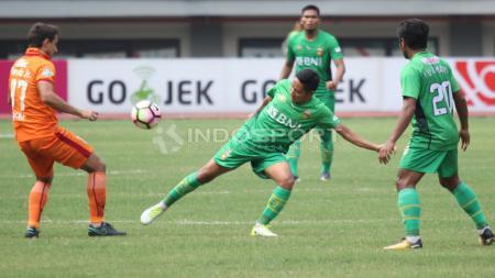 Duel Evan Dimas dan pemain Borneo FC, di lini tengah. - INDOSPORT