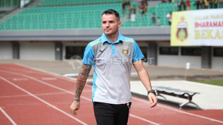 Pelatih Bhayangkara FC, Simon Mcmenemy. Herry Ibrahim/INDOSPORT - INDOSPORT