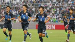 Indosport - Selebrasi pemain Timnas Jepang U-16 setelah berhasil meraih tiket semifinal Piala Asia U-16 2018.