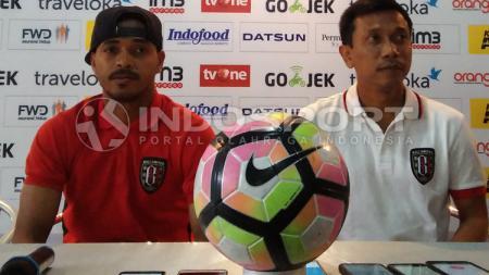 Hasim Kipuw dan Widodo C Putro, pemain dan pelatih Persib Bandung. - INDOSPORT