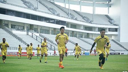 Para pemain Semen Padang berlatih di Stadion Batakan. - INDOSPORT