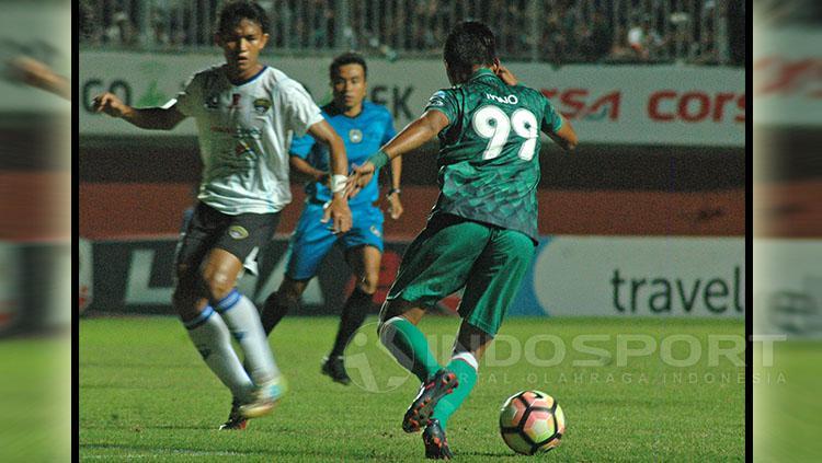 Penyerang PSS Sleman berhadapan dengan bek Cilegon FC. Copyright: Prima Pribadi/Indosport.com