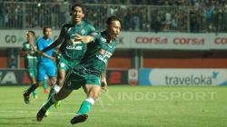 Selebrasi Dirga Lasut usai mencetak gol ke gawang Cilegon FC.