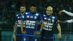 Indosport - Selebrasi pemain Arema FC saat menang melawan Mitra Kukar.