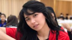 Indosport - Atlet bola voli Indonesia, Yolla Yuliana ini memeliki paras wajah yang cantik dan membuat jantung penggemarnya bisa berdebar kencang.