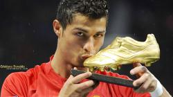 Pemain Bintang Real Madrid, Cristiano Ronaldo dengan sepatu emas yang harganya selangit.