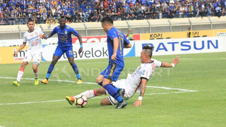 Pemain Bali United menjegal Shohei Matsunaga. Copyright: Arief Rahman/INDOSPORT