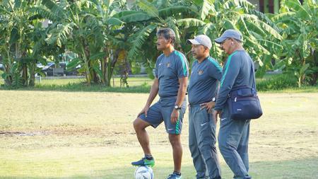 Pelatih Timnas U-16, Fachry Husaini (tengah) dan jajarannya. - INDOSPORT
