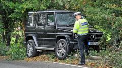 Indosport - Seorang polisi sedang memeriksa mobil milik penggawa baru Chelsea.