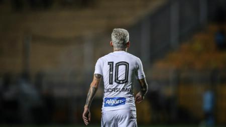 Lucas Lima, gelandang serang Santos yang diperebutkan Manchester United. - INDOSPORT