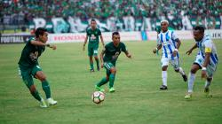 Misbakus Solikin (kiri) dan Irfan Jaya (tengah) bermain apik saat Persebaya menghancurkan PSBS Biak di Gelora Bung Tomo.