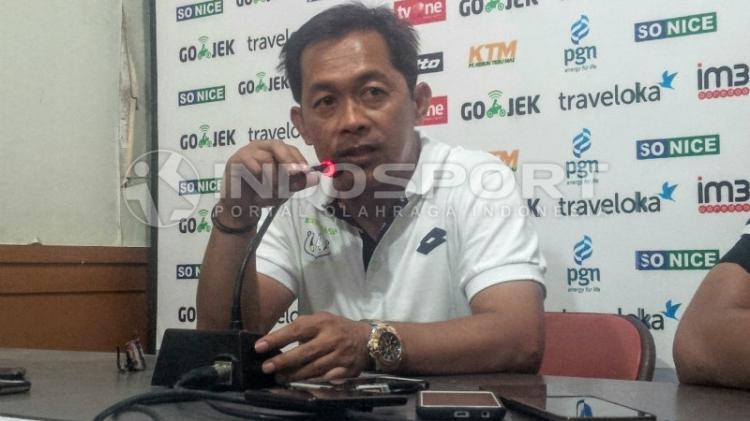 Aji Santoso, pelatih Persela Lamongan. Copyright: IAN SETIAWAN/INDOSPORT