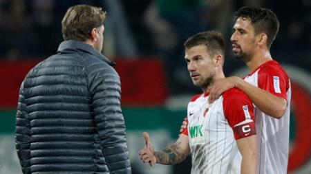 Daniel Baier (tengah) mendapat penolakan untuk berjabat tangan dengan pelatih RB Leipzig, Ralph Hasenhuttl. - INDOSPORT