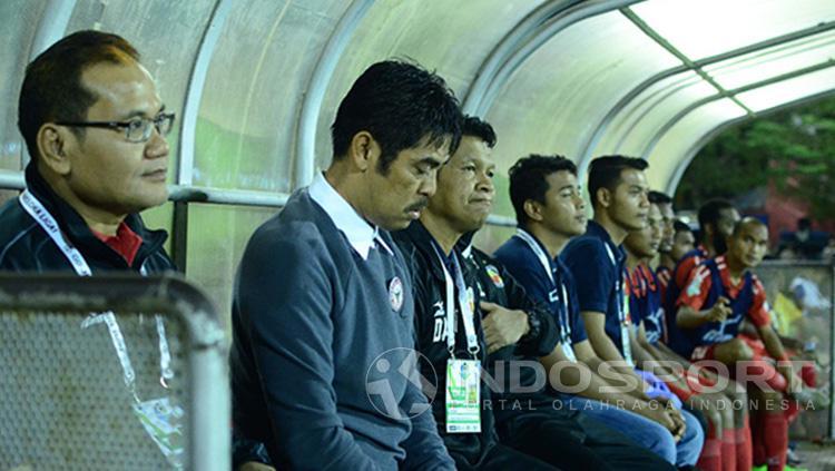 Nilmaizar dan para pemain cadangan Semen Padang. Copyright: INDOSPORT/Taufik Hidayat