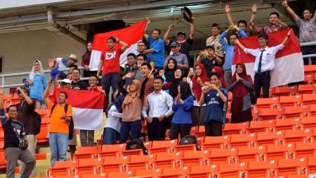 Suporter Timnas Indonesia di pertandingan Indonesia melawan Laos. - INDOSPORT