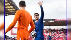 Indosport - Alvaro Morata melambaikan tangannya ke arah fans Chelsea.