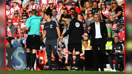 Jose Mourinho saat diusir oleh wasit dalam pertandingan melawan Southampton. - INDOSPORT