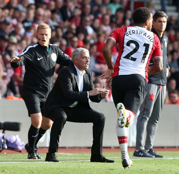 Jose Mourinho (tengah) tampak jelas menginjak lapangan dalam saat memberikan instruksi ke para pemainnya. Copyright: INDOSPORT