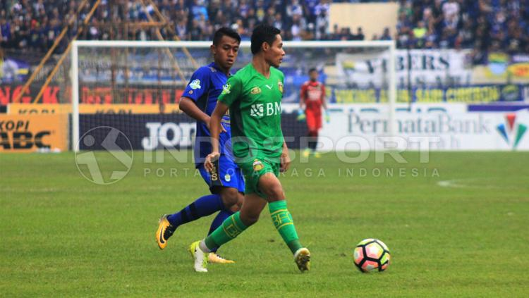 Evan Dimas berhadapan dengan pemain Febri Hariyadi, pemain Persib Bandung. Copyright: Arief R/INDOSPORT