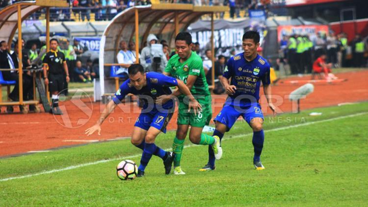 Shohei Matsunaga dikerubuti oleh pemain Bhayangkara FC. Copyright: Arief R/INDOSPORT