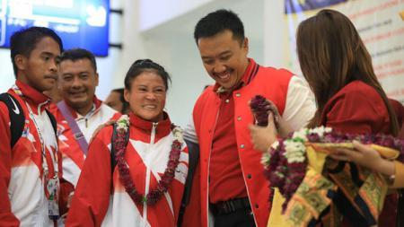 Iman Nahrawi saat menjemput kontingen Indonesia yang berjuang di Asean Para Games 2017. - INDOSPORT
