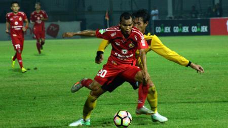Pemain Persija Jakarta, Riko Simanjuntak tak bisa menyembunyikan rasa rindunya untuk kembali merumput di lapangan. - INDOSPORT